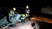 Skoro šest hodin v sobotu večer hasiči zajišťovali střechu na budově ve vyškovské části Křečkovice. Plechovou krytinu poškodil silný vítr a hrozilo, že spadne a někoho zraní.