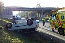 Tři zranění, včetně jednoho dítěte, auto převrácené na střeše a uzavřená dálnice u Drysic. Taková je bilance sobotní nehody, která se stala po půl čtvrté odpoledne.