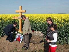 Odhalení památníku sovětského letce, který byl v katastru Hoštic-Heroltic sestřelený na konci druhé světové války.