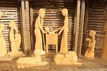 Betlém z lipového dřeva zdobí náměstí ve Vyškově.
