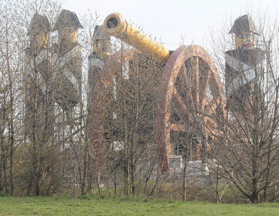 Skladovací zařízení betonárny je upravené do podoby obřího kanónu s obsluhou.