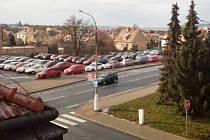 Běžný pohled na parkoviště u vyškovské nemocnice. Najít tam dopoledne místo k zastavení je pouze o štěstí.