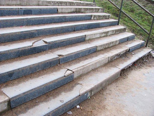 Zchátralé schodiště u obchodního domu Moravan ve vyškovských Dědicích.