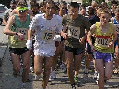 Nemojanský kros nabízí zájemcům těžkou sportovní zkoušku vzhledem ke své obtížné trati. Hozenou rukavice zvedlo téměř šedesát běžců.