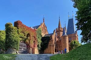 Zámek Hradec nad Moravicí  je oblíbeným turistickým cílem a kulturně-společenským centrem. K vycházkám láká i jeho okolí.