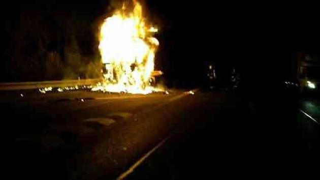 U Holubic hořel kamion se zeleninou. Škoda se vyšplhala na 1,5 milionu