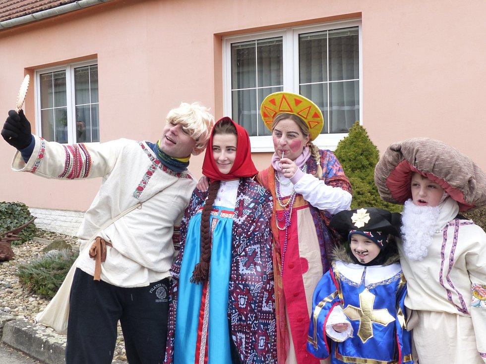 Přes čtyřicet masek za doprovodu místního hudebního uskupení Ohřebláci procházelo vesnicí.