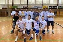 Volejbalisté Sokola Bučovice vyhráli halový Velkomoravský turnaj ve Starém Městě. Cenu za první místo převzal kapitán Michal Přikryl.