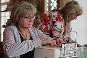Ve vyškovském muzeu vyráběly dámy šperky ze skla pomocí metody Tiffany.