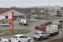 U obchodních center ve Vyškově kolabuje před Vánoci doprava. Řešení není.