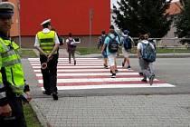První školní týden dohlížejí na bezpečnost dětí na Vyškovsku policisté. Radí jim, jak se chovat na přechodu.