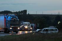 Řidič opelu vjel na silnici I/50 do protisměru. Nehoda si vyžádala šest zraněných.