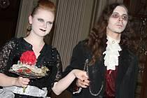 Návštěvníci slavkovského zámku si díky Hrůzostrašným prohlídkám opět prohlédli památku za výkladu průvodkyně Morticie Addamsové.