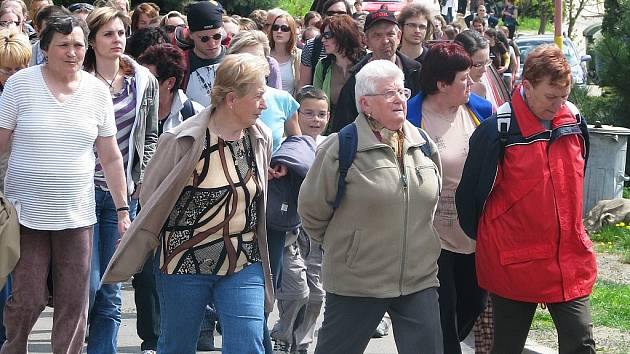 POCHOD K BAŽINĚ. Místní i přespolní se tak jako každým rokem v sobotu vydali na pochod k drnovickému mokřadu zvanému Žumpy.