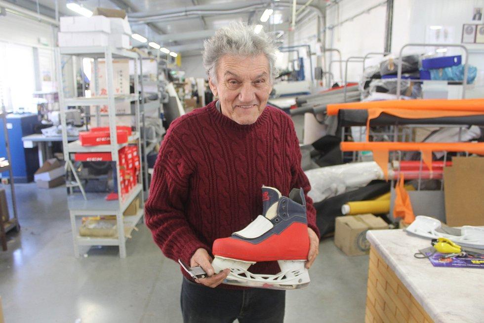 Josef Hanák ze Snovídek připravil boty pro hokejisty.