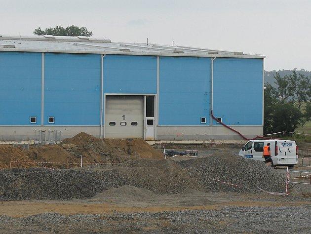 Firma JKZ začala v bučovické místní části Kloboučky se stavbou nové haly. Lidé se bouří.