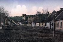 Stará kolorovaná pohlednice dává představu, jak kdysi vypadala Lichtensteinská, dnešní Slavkovská ulice v Bučovicích.