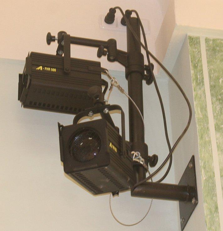 V sálu je kompletně opravená elektrika, topení a zateplení.