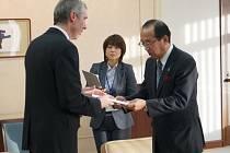 Ředitel vyškovského gymnázia Václav Klement (vlevo) při návštěvě Hirošimi.