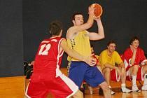 Vyškovští basketbalisté (ve žlutém)
