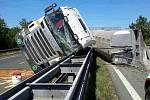 Úplnou uzavírku dálnice D46 směrem od Prostějova na Vyškov a také rychlého pruhu v protisměru na úrovni Drysic si vyžádala nehoda kamionu a osobního auta, která se stala v úterý krátce po druhé hodině odpoledne.