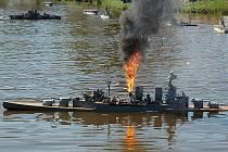 V sobotu odpoledne se diváci přesunuli v čase a v prostoru. Z rybníka se stal oceán a vpluly na něj bitevní lodě z druhé světové války.