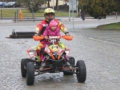 Na náměstí v Bučovicích se sešli členové Motoklubu Vícemilice, aby lidem zpříjemnili poslední den roku.