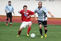 V divácky atraktivním utkání fotbalisté Rostexu Vyškov porazili Fatru Napajedla 4:2. V červeném je domácí hráč Martin Hirsch.
