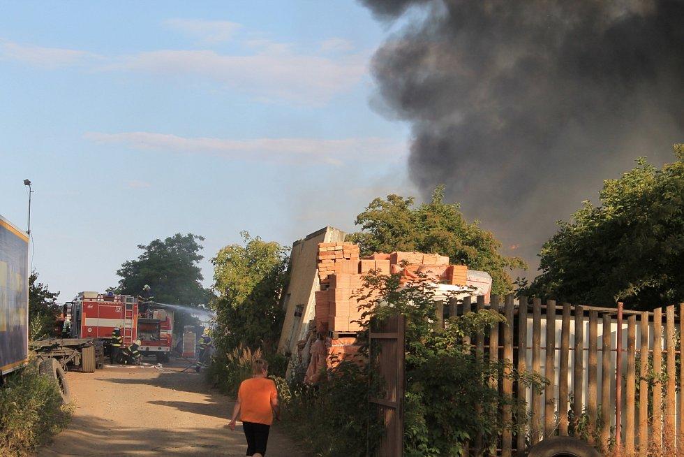 Požár v šaratickém průmyslovém objektu vypukl krátce po šesté hodině večer. Na místo se sjelo více než deset hasičských jednotek. Okolo sedmé dostaly oheň pod kontrolu. Příčinna zatím není známá, škoda se odhaduje na šest a půl milionů korun.