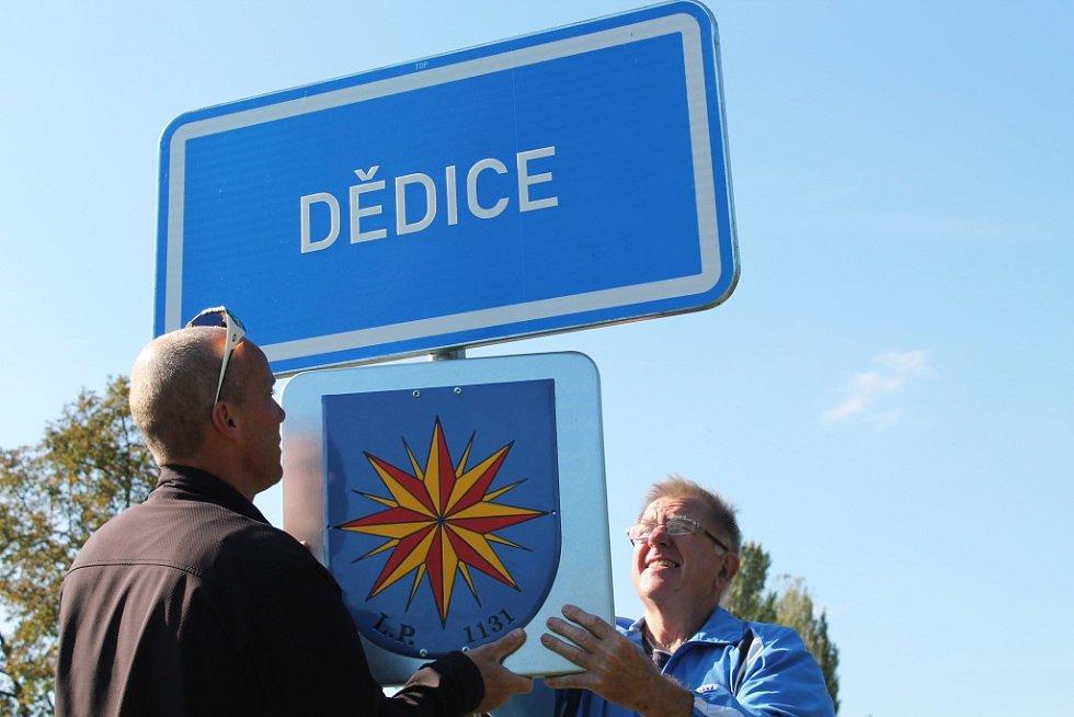 Členové osadního výboru a Sokola z vyškovské místní části Dědice jsou na své bydliště hrdí. Na značku označující vjezd do místní části ve směru z Vyškova proto umístili znak s letopočtem.