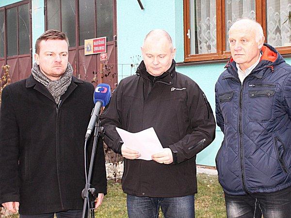 Jednání zástupců kraje a dalších institucí kvůli hrozbě sesunutí svahu ve Vážanech nad Litavou.