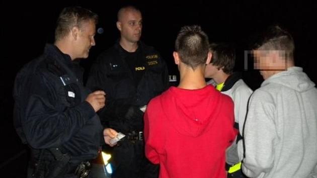 Popíjení alkoholu se v pátek večer nevyplatilo hned několika nezletilým. Policisté si na ně posvítili ve dvou městech Vyškovska.
