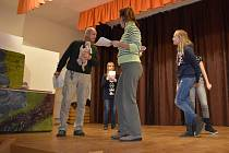 Při nácviku si děti i dospělí užívají spoustu legrace.