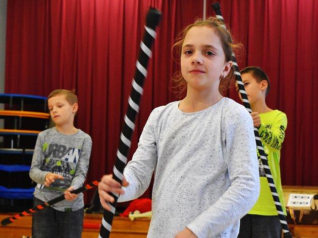 Vlajky, stuhy, tyčky, diabola, flower sticky, kruhy i poiky. S tím vším si mohly děti vyzkoušet žonglovat na nedělních Kejklích. Pomáhali jim zkušení lektoři.