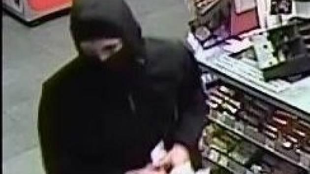 Policisté zveřejnili foto lupiče, který kradl na čerpací stanici. Poznáváte ho?