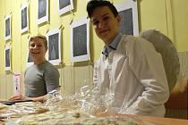 Základní školu Morávkova obsadili andělé. Dobročinnou akcí žáci i návštěvníci podpořili onkologicky nemocné děti.