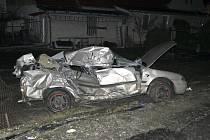 Smrtí skončila nehoda vlaku a osobního auta v Křenovicích. Čtyřiatřicetiletý řidič nedbal v neděli pozdě večer zapnuté světelné signalizace na železničním přejezdu, což se mu stalo osudným.