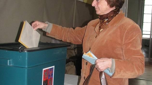 Volební místnosti se otevřely dnes odpoledne a uzavřou se zítra ve čtrnáct hodin.