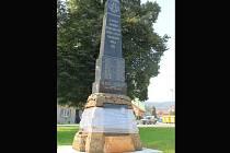 Zrekonstruovaný letonický pomník obětem první a druhé světové války.