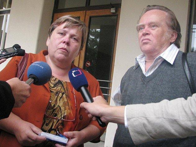 Manželé Rosnerovi se před vyškovským soudem v obležení novinářů vyjadřují k videozáznamu, který nechal soud přehrát.