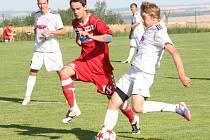 Jediným gólem rozhodl zápas v Kralicích vyškovský záložník Martin Žoček (v červeném dresu).
