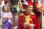Devátý princeznovský bál se konal v sobotu na zámku ve Slavkově u Brna. Tisíce kostýmovaných dětí se svými rodiči si přišly užít zábavný den. Čekaly je soutěže, hry i rytířský turnaj.