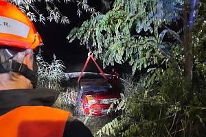 U Slavkova sjelo osobní auto ze silnice a skončilo v rybníku.
