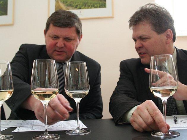 Úspěšný krumvířský vinař Josef Valihrach (vlevo) při degustaci vín.