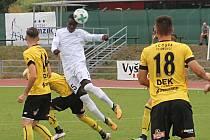 Ve 4. kole Moravskosleszké ligy porazili fotbalisté MFK Vyškov (bílé dresy) Odru Petřkovice 3:0.