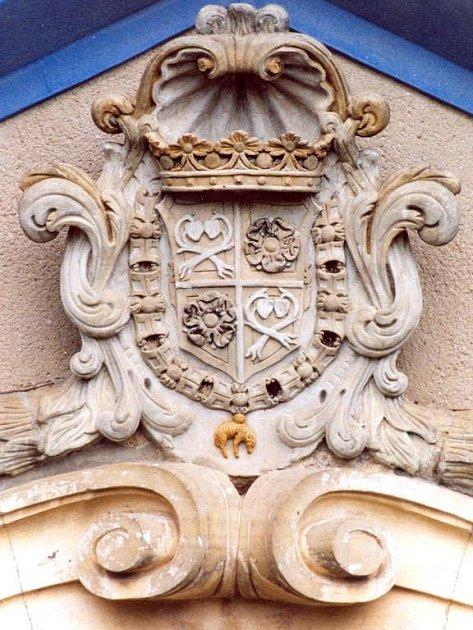 Erb kounicovsko-sezim.ovský nad portálem dvora v Letonicích