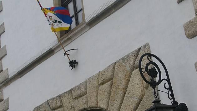 Tibetská vlajka na vyškovské radnici. Vyškovsko/ Právě v úterý tomu je přesně padesát let ode dne, kdy víc než osmdesát tisíc Tibeťanů přišlo o život, když ve své vlasti povstali proti okupaci ze strany sousedních Číňanů.