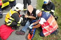 Motorkář zranil sebe i spolujezdkyni, protože špatně upevnil batoh.