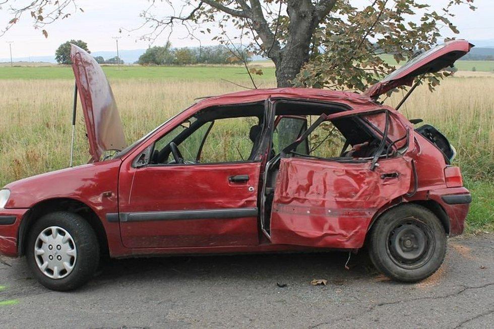 U Kořence bouralo auto. Zraněného chlapce transportoval do nemocnice vrtulník.