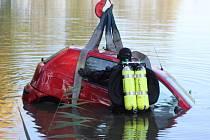 Nezvyklá nehoda zaměstnala policisty, hasiče a potápěče ve středu před osmou ráno v Rostěnicích-Zvonovicích. Čtyřiasedmdesátiletá řidička tam vjela s autem do rybníka.